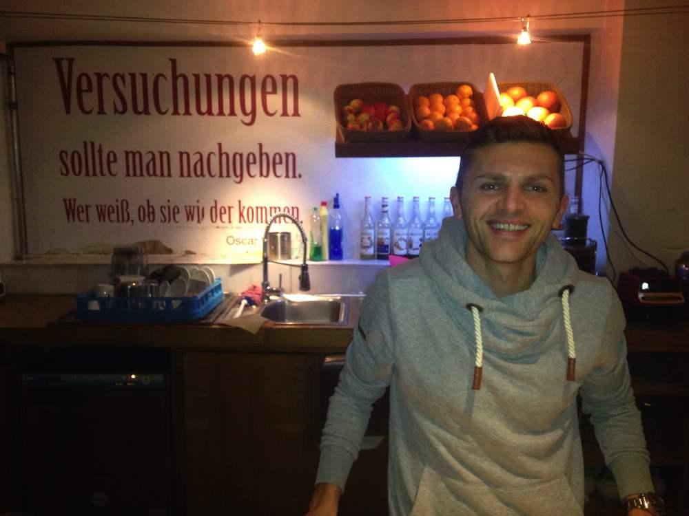 Das Cafe Kona in Regensburg: der Besitzer und Fußballschiedsrichter Eduard Beitinger