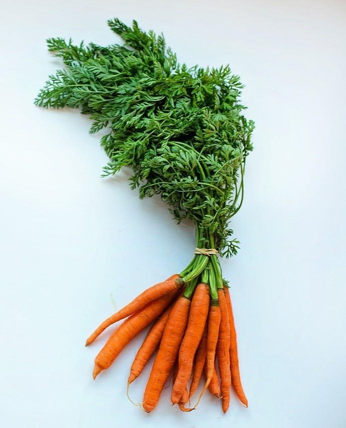 Karotten im Obstkorb